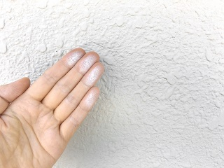 空き家の壁の粉